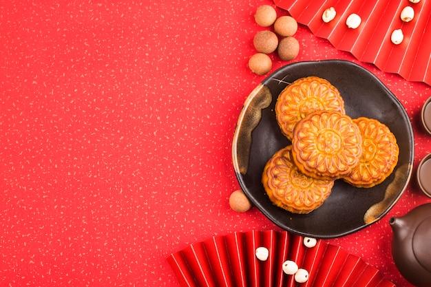 中秋節のコンセプト、茶碗とテーブルの上の伝統的な月餅。 無料写真