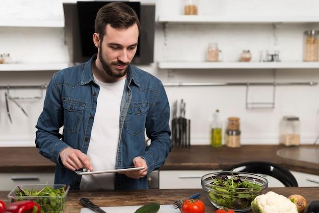 Badania pokazują, że kobiety, których mężczyźni gotują są bardziej zadowolone ze współżycia!