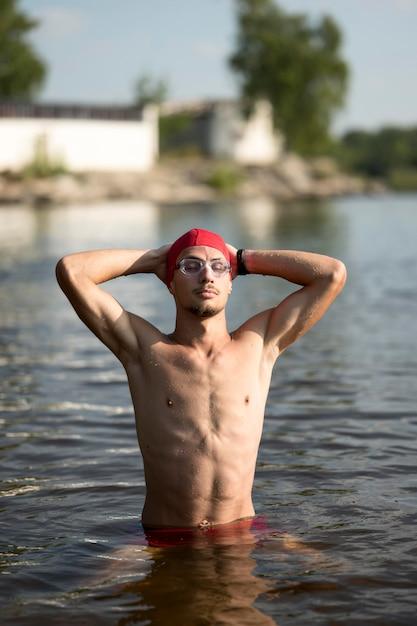 湖に立っている半ばショット男 無料写真