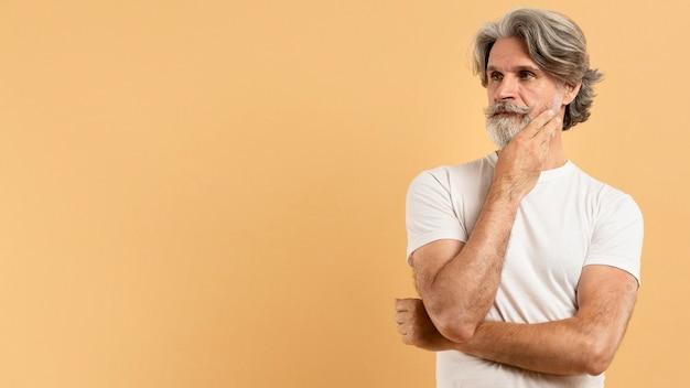 コピースペースを考えて半ばショットシニア男性 Premium写真
