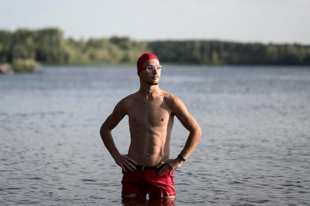 湖でのミッドショットスイマー 無料写真
