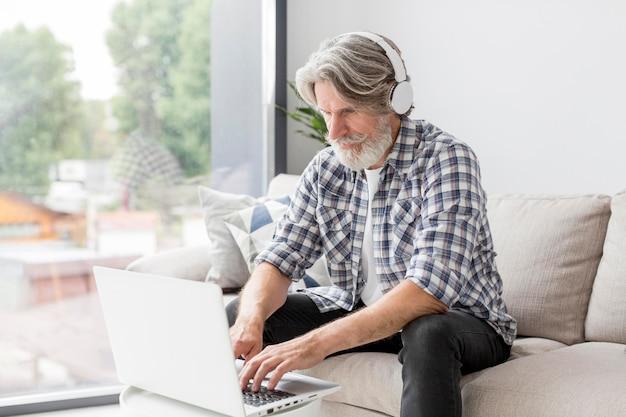 Insegnante di metà colpo con laptop Foto Gratuite