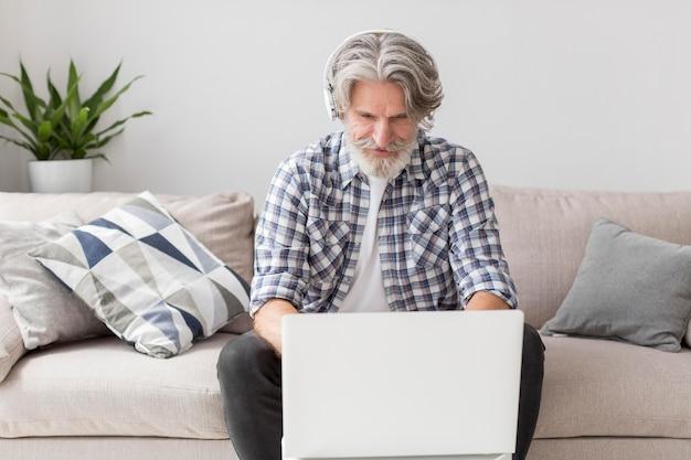 Insegnante del mezzo colpo che lavora al computer portatile Foto Gratuite