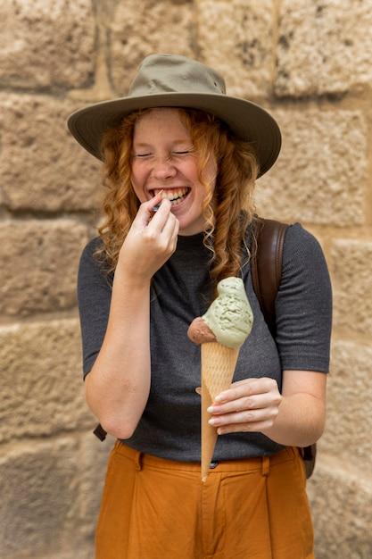 Cono gelato della holding della donna del colpo metà Foto Gratuite
