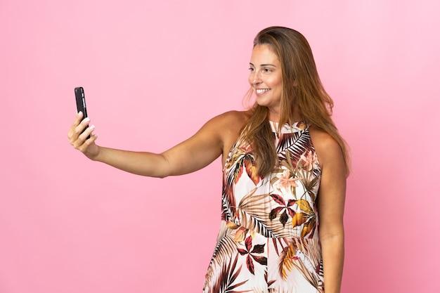 Бразильская женщина среднего возраста над изолированной делает селфи Premium Фотографии