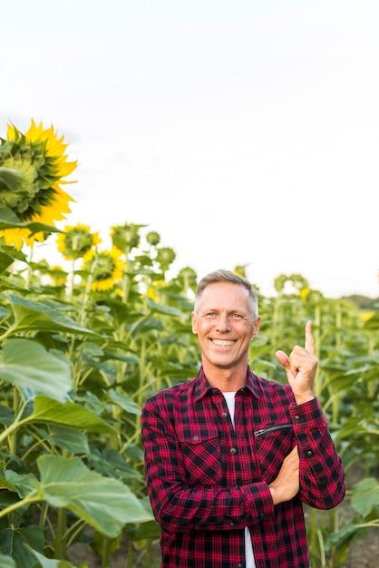 Uomo di mezza età che puntava il dito verso l'alto Foto Gratuite