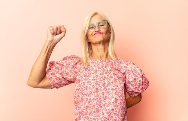 ショックを受け、驚き、驚きを感じる中年女性 Premium写真