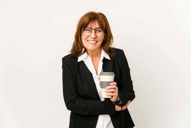 테이크 아웃 커피를 들고 중간 나이 든된 비즈니스 여자는 웃음과 재미를 격리합니다. 프리미엄 사진