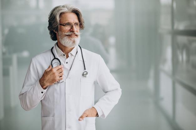 Medico bello di mezza età in un ospedale Foto Gratuite