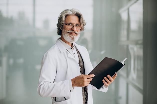 Красивый доктор средних лет в больнице Бесплатные Фотографии