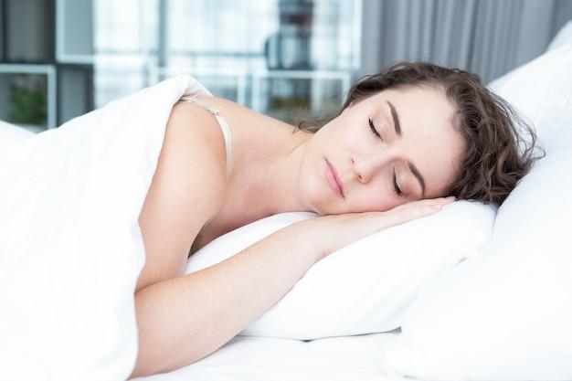 7 kroków, które warto podjąć, aby zredukować ślinienie nocne