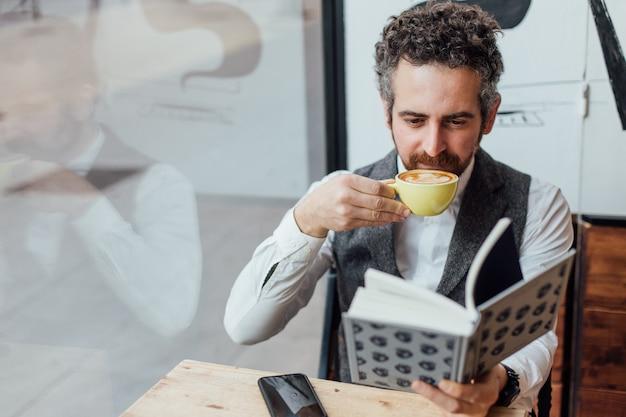 중년 남자 유태인 국적은 유행 또는 힙 스터 커피 숍에서 오후 또는 아침을 보냅니다. 무료 사진