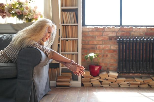 Donna di mezza età a casa Foto Gratuite