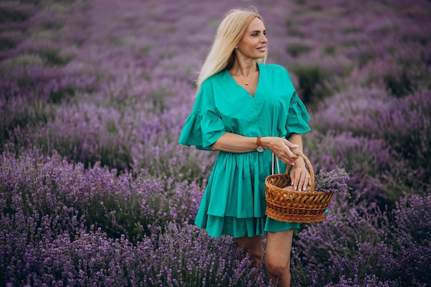 ラベンダー畑の中年女性 無料写真