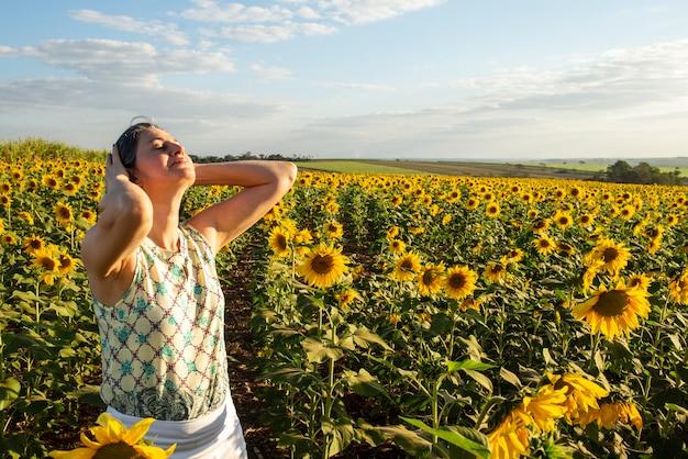ひまわり農園の中年女性 Premium写真