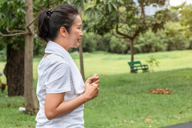 중간 아시아 세 여자 웃 고 공원에서 조깅. 프리미엄 사진