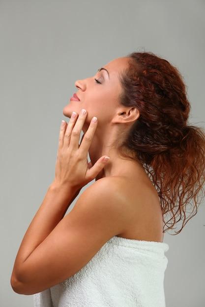 Красивая middleaged женщина в полотенце Бесплатные Фотографии