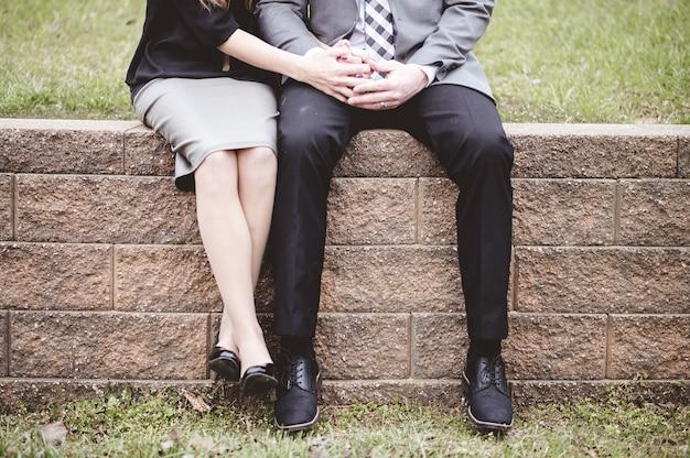Живот пара сидит на блоках и молится вместе Бесплатные Фотографии