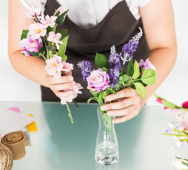 Midsection view of a woman\u0027s hand putting flowers in vase on glass desk Free Photo & Midsection view of a woman\u0027s hand putting flowers in vase on glass ...