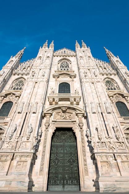 ミラノ大聖堂の扉(ミラノのドゥオーモ)、イタリア。サンタマリアナセンテに捧ぐ 無料写真