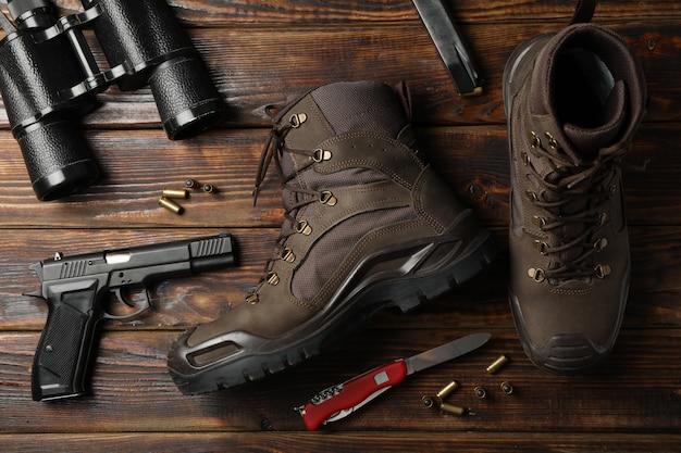 木製、上面にミリタリーアクセサリー Premium写真