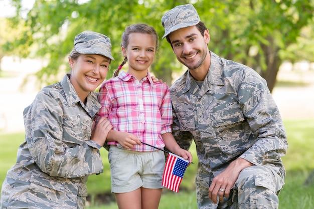 彼らの娘と軍のカップル Premium写真