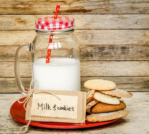 牛乳とクッキー 無料写真