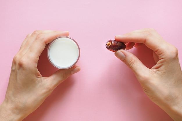 Молоко и финики фруктовые. Premium Фотографии