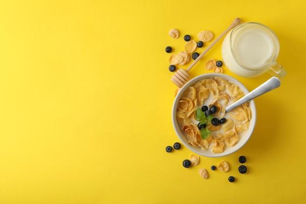 ミルク、ミューズリーのボウル、黄色のひしゃく Premium写真