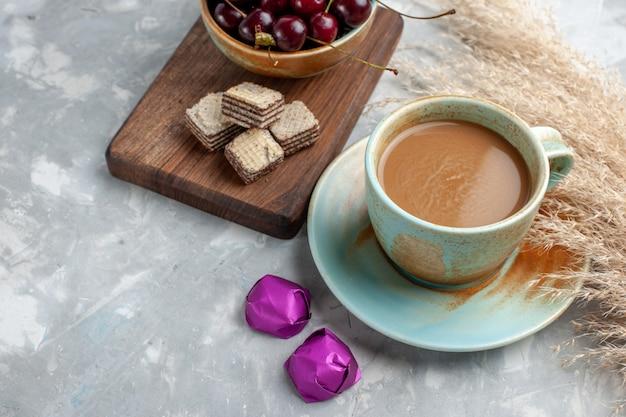 ワッフルと新鮮なサワーチェリーのライトでミルクコーヒー 無料写真