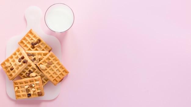 Latte e waffle con copia-spazio Foto Gratuite
