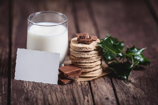 Latte con cibo dolce per babbo natale Foto Gratuite