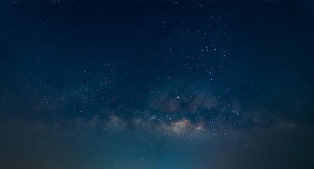 Млечный путь фон неба ночью Premium Фотографии