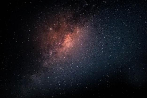 우주에서 별이 가득한 은하수 무료 사진