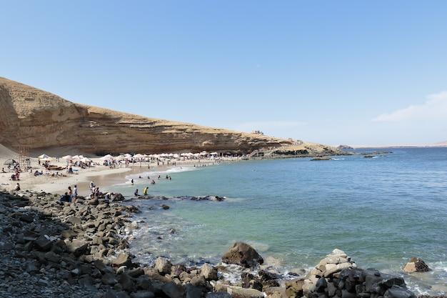 夏の間、入浴者の隣にあるミナビーチ Premium写真