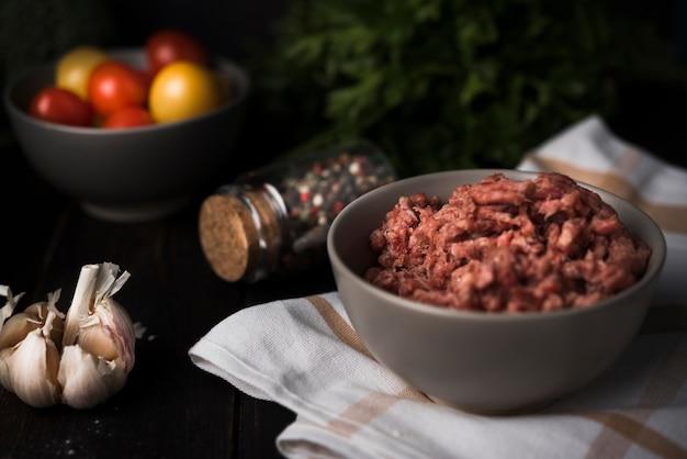 Рубленое мясо в миске с ингредиентами Бесплатные Фотографии