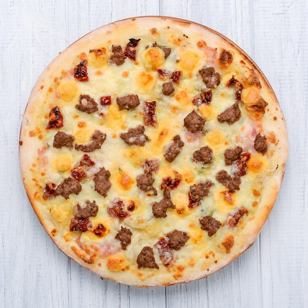 Фарш томатный красный лук пицца на деревянной поверхности Premium Фотографии