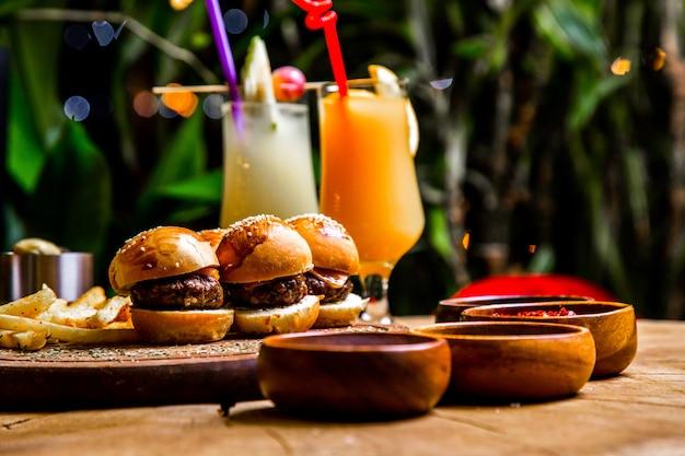 Vista laterale dei mini cocktail delle spezie delle patate fritte degli hamburger Foto Gratuite