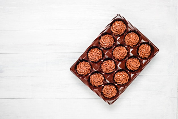 チョコレートドロップとココアパウダー、トップビューでミニケーキトリュフ 無料写真