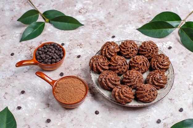 チョコレートドロップとココアパウダーのミニケーキトリュフ 無料写真