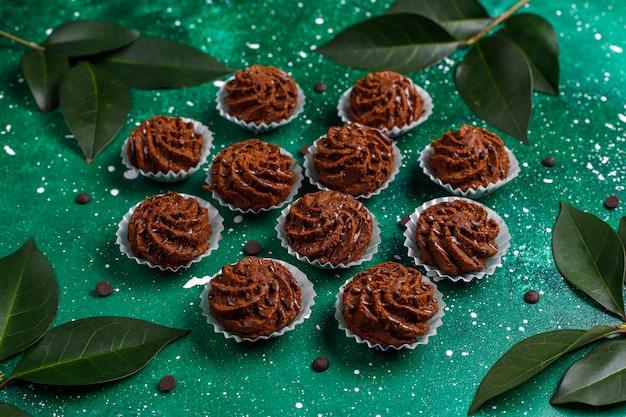 Мини торты трюфели с шоколадными каплями и какао-порошком Бесплатные Фотографии