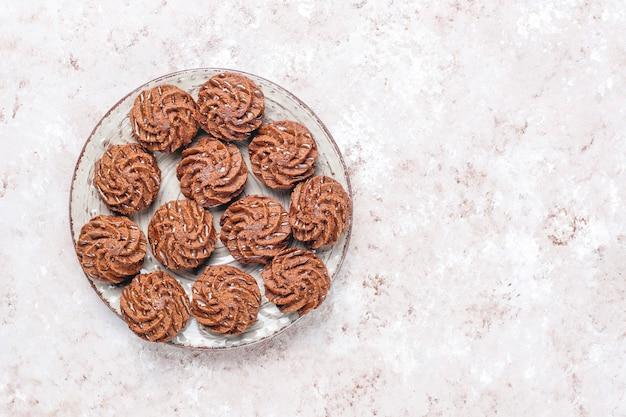 Mini tartufi con gocce di cioccolato e cacao in polvere Foto Gratuite