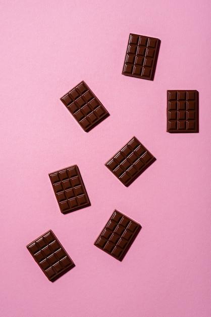 ピンクの背景のミニチョコレートバー Premium写真