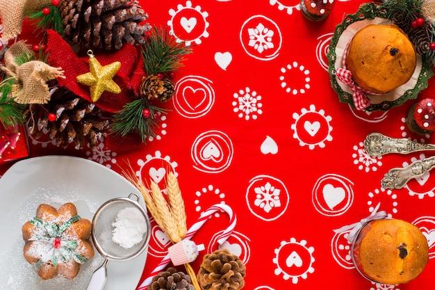 Мини-панеттоне с фруктами и новогодним украшением, Premium Фотографии