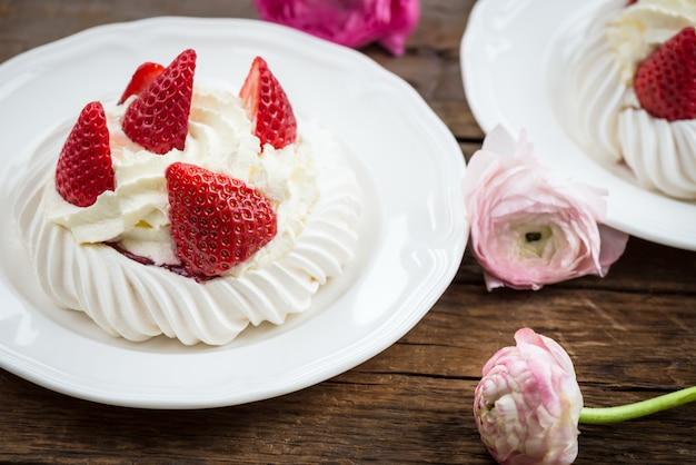 Mini pavlova meringue cake with fresh strawberries Premium Photo