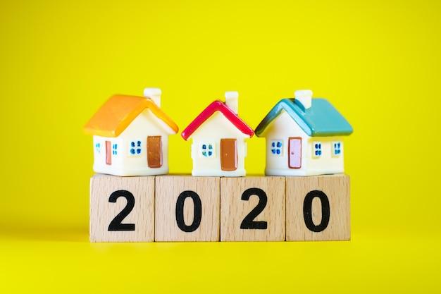 부동산 부동산 개념으로 사용하는 나무 블록 2020 년에 미니어처 다채로운 집 프리미엄 사진
