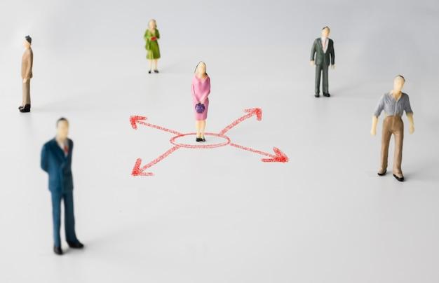 Миниатюрные люди с красной стрелкой представляют социальную дистанцию коронавируса или вируса ковид-19. концепция социального дистанцирования. Premium Фотографии