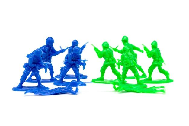 Миниатюрные солдаты-солдаты атакуют врага Premium Фотографии