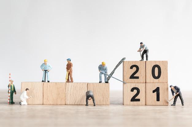Miniature worker team create number 2021 Premium Photo