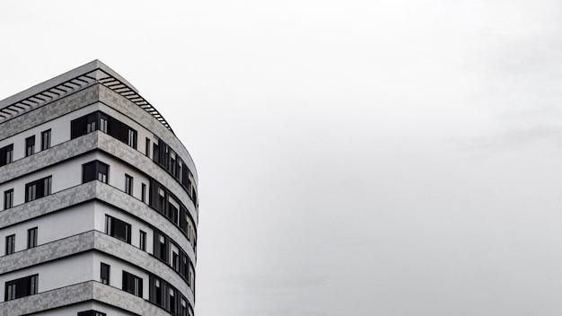 복사 공간이있는 도시의 최소 아파트 건물 무료 사진